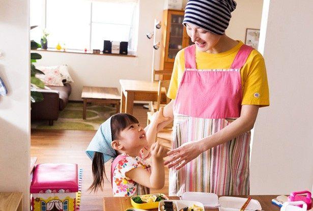 娘のはなに料理を教える千恵