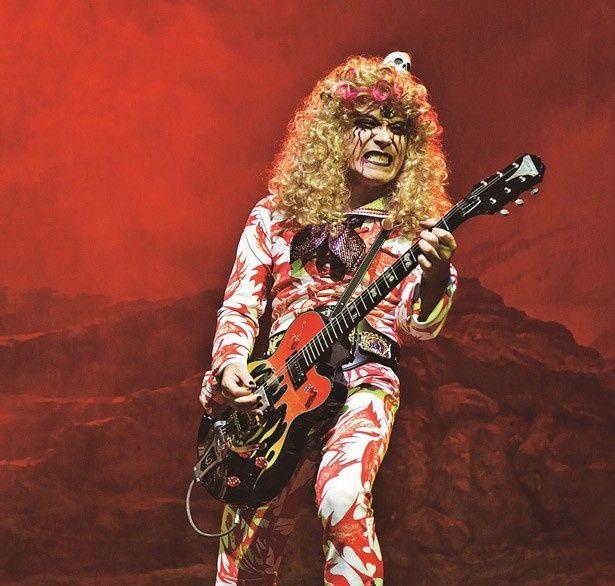 ROLLYがセーラー服を着てギターをかきならす!?