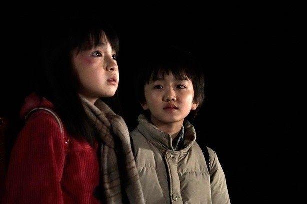 子ども時代の雛月加代と悟に扮した鈴木梨央と中川翼
