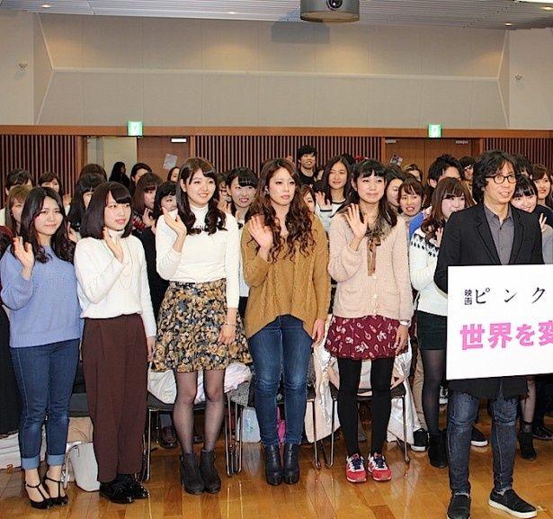 【写真を見る】加藤シゲアキと行定勲監督の登場に青山学院大学の学生たちも大盛り上がり!
