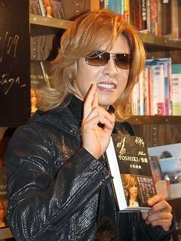 「YO〜SHI〜KI〜!!」というファンの歓声にこたえるYOSHIKI。渋谷のTSUTAYAにて