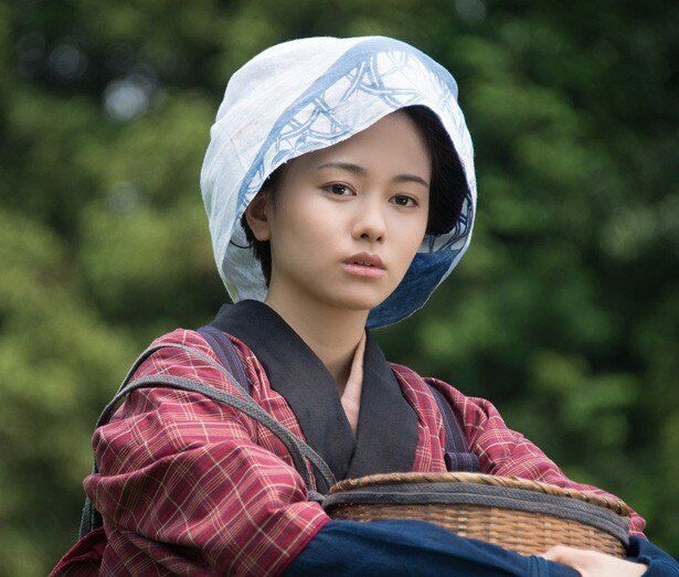 【写真を見る】14歳年下の新妻・山本舞香の初々しい姿
