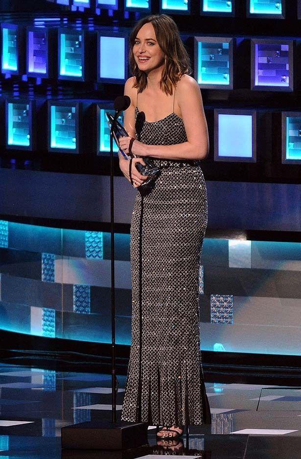 ティーンズ・チョイス・アワード授賞式でドラマ映画女優賞を受賞したダコタ・ジョンソン