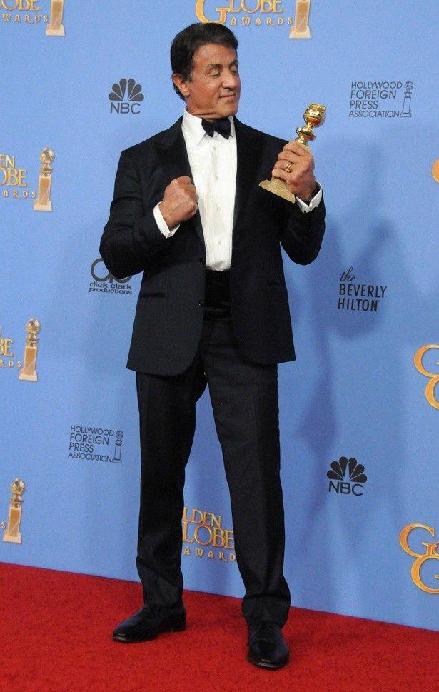【写真を見る】76年の『ロッキー』と同じロッキー・バルボア役での受賞に感無量のスタローン