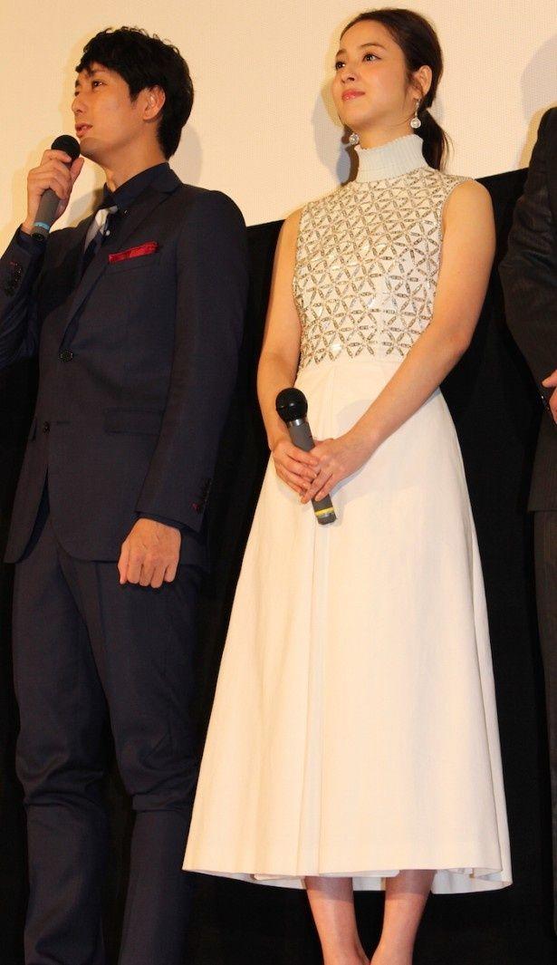 【写真を見る】佐々木希、肩を出した真っ白なドレス姿で会場を魅了!
