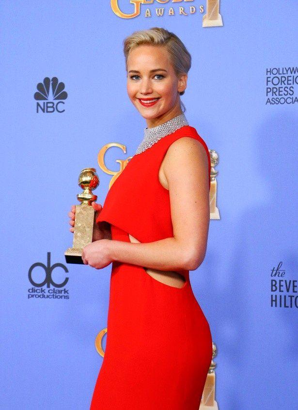 第73回ゴールデン・グローブ賞に赤いドレスで登場したジェニファー・ローレンス
