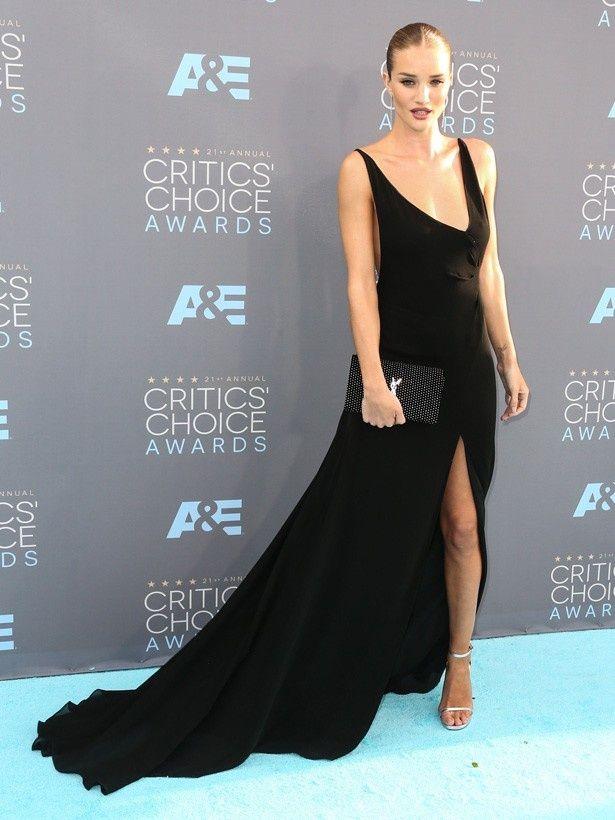 黒いドレス姿がセクシーなロージー・ハンティントン・ホワイトリー