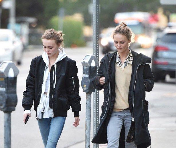 そっくりな姿で出歩くリリー・ローズと母ヴァネッサ・パラディ