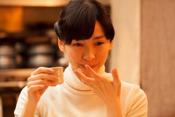 居酒屋の若女将を演じた麻生久美子