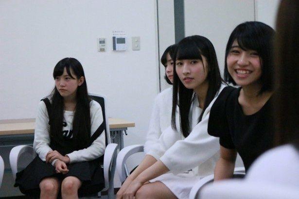 研究生の山下エミリー(写真右)も6枚目のシングル「しぇからしか!」で初めて選抜入りしたメンバー
