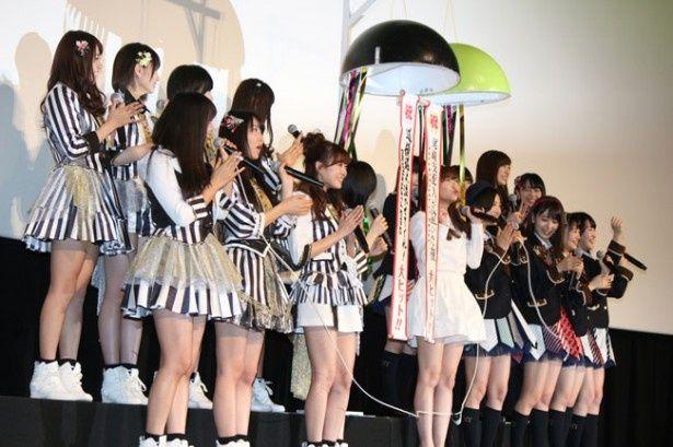 HKT48とNMB48のメンバーが一緒にくす玉割り