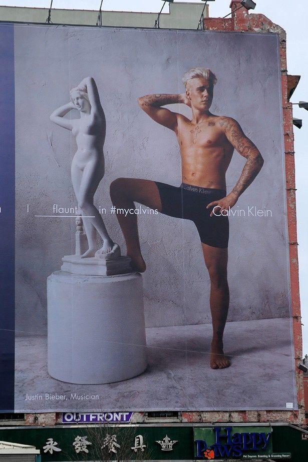 カルバン・クラインの広告塔で見事な体を見せつけているジャスティン・ビーバー