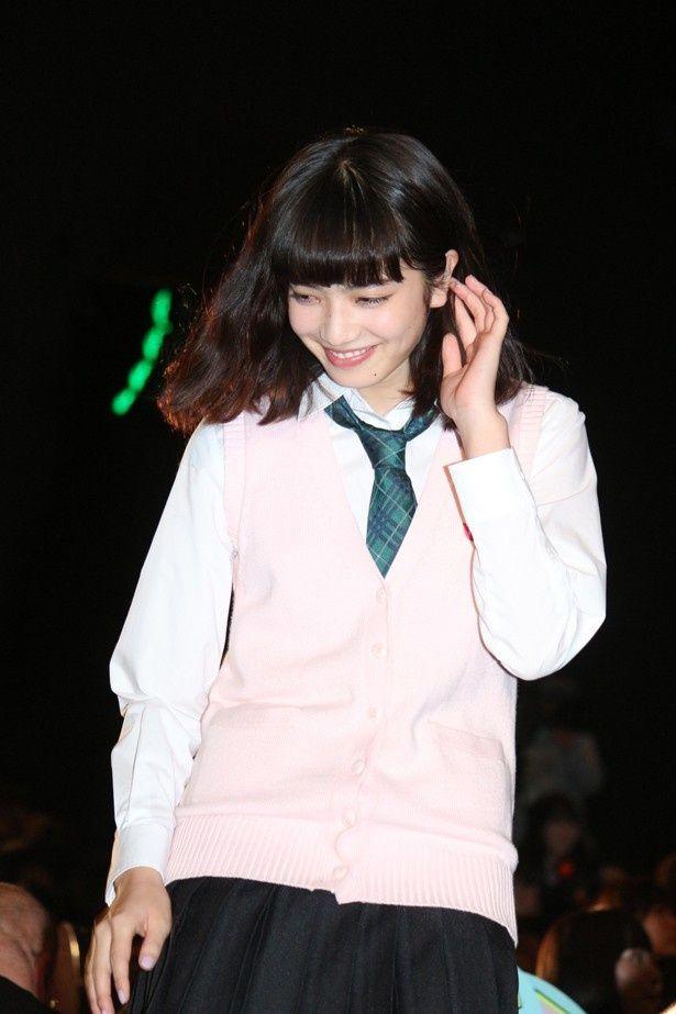 【写真を見る】制服姿も可愛い!劇中衣装を着た小松菜奈