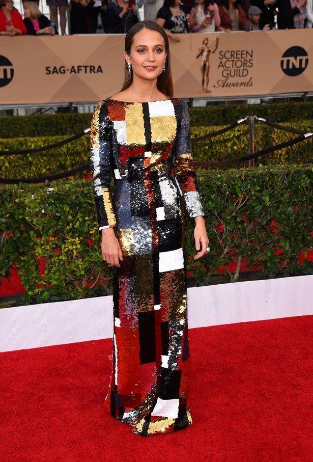 【写真を見る】メタリックなドレスでSAG賞授賞式に登場したアリシア