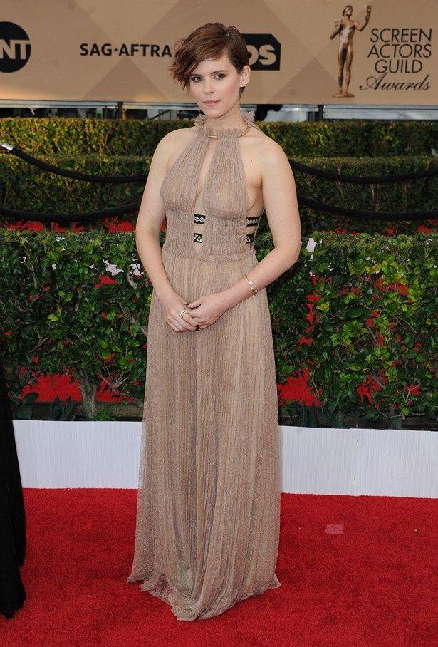 【写真を見る】「ほぼ裸みたい」と指摘されているケイトのドレス姿の全身写真