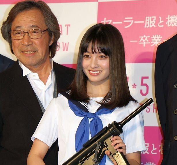機関銃を持ってポーズを決める橋本環奈