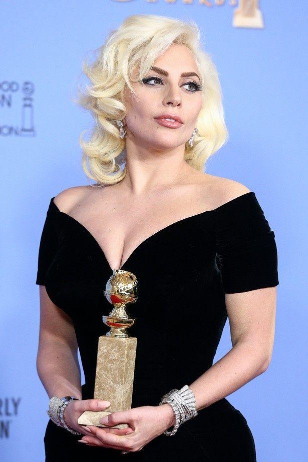 主演女優賞を受賞したゴールデン・グローブ賞授賞式では、アトリエ ヴェルサーチのドレスで登場したレディー・ガガ