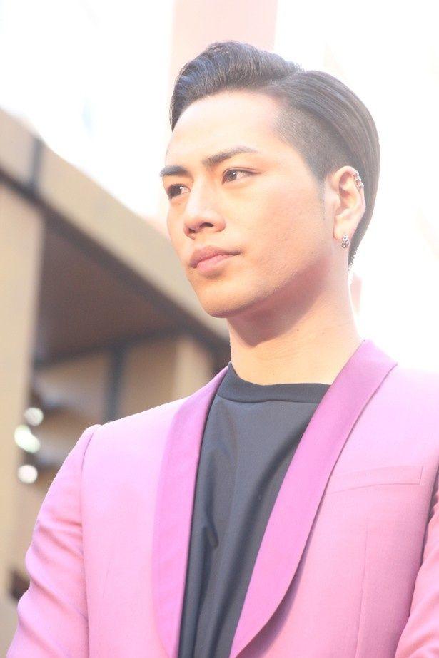 ピンクのジャケットが印象的な登坂広臣