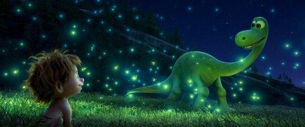 【写真を見る】隕石が衝突せず、恐竜たちが文明と言葉をもつようになった地球を舞台にした『アーロと少年』