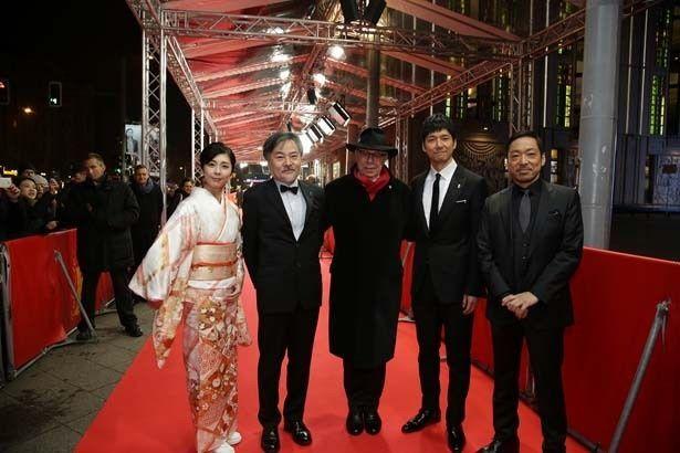 第66回ベルリン国際映画祭のレッドカーペットを歩いた西島秀俊、竹内結子、香川照之、黒沢清監督と映画祭ディレクターの ディーター・コスリック