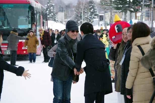 出迎えた鈴木市長と握手するオープニング作品『エヴェレスト 神々の山嶺』の平山秀幸監督