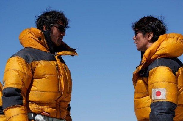 エヴェレストでの撮影で、真っ黒に日焼けした阿部(左)