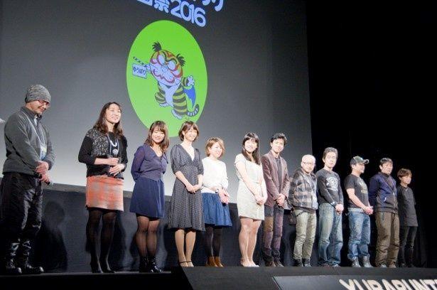 【写真を見る】総勢12名が登壇した舞台挨拶の様子