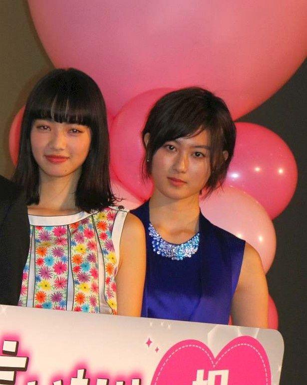 『黒崎くんの言いなりになんてならない』の初日舞台挨拶に登場した小松菜奈と高月彩良(左から)