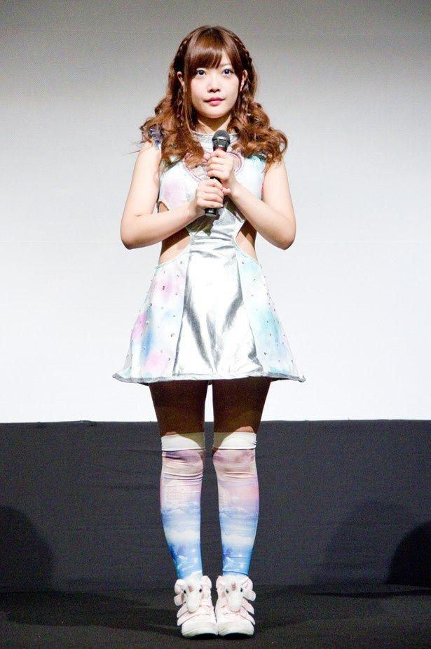 セクシーな衣装で登場した藤田恵名