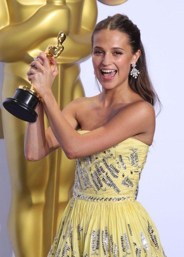 鮮やかなビタミンカラーのドレスが目を引いたアリシア・ヴィキャンデルは助演女優賞を受賞