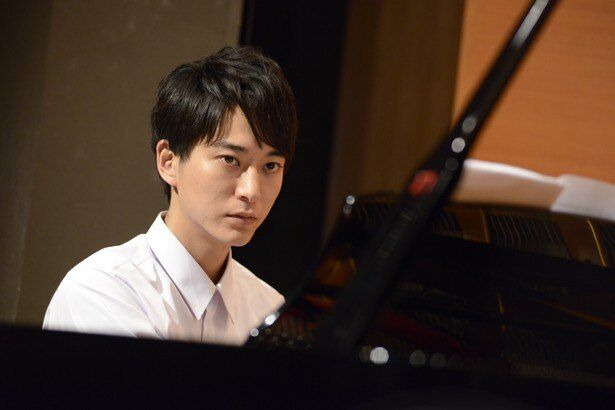 浅香航大は見事なピアノの腕前を披露