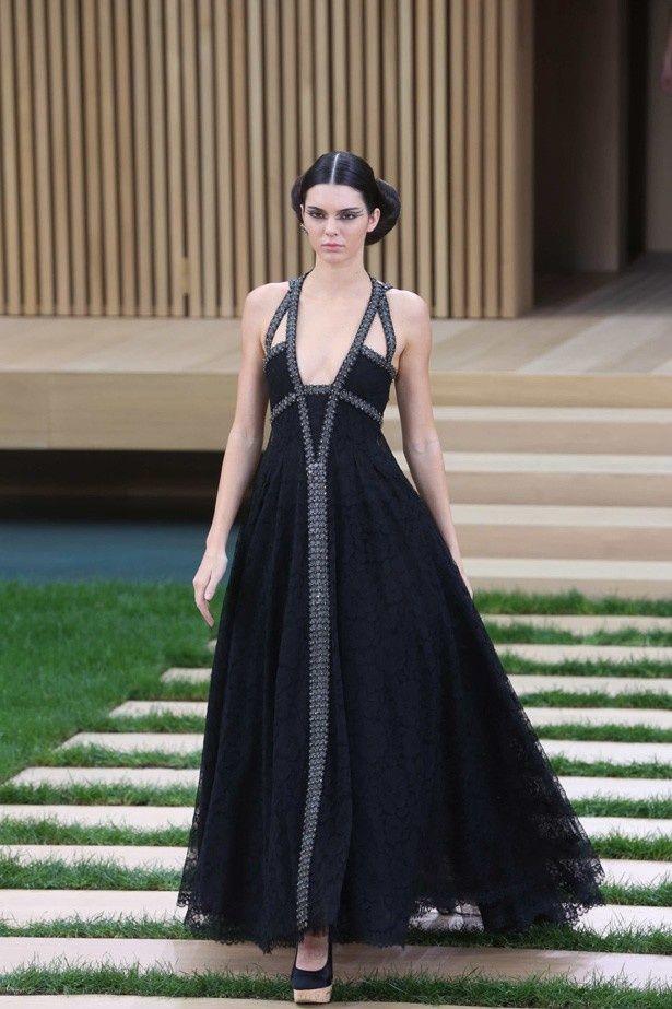 b59a8135c996b 55歳のJ・ムーア、20歳モデルと同じドレスを着て絶賛される! - 映画 ...
