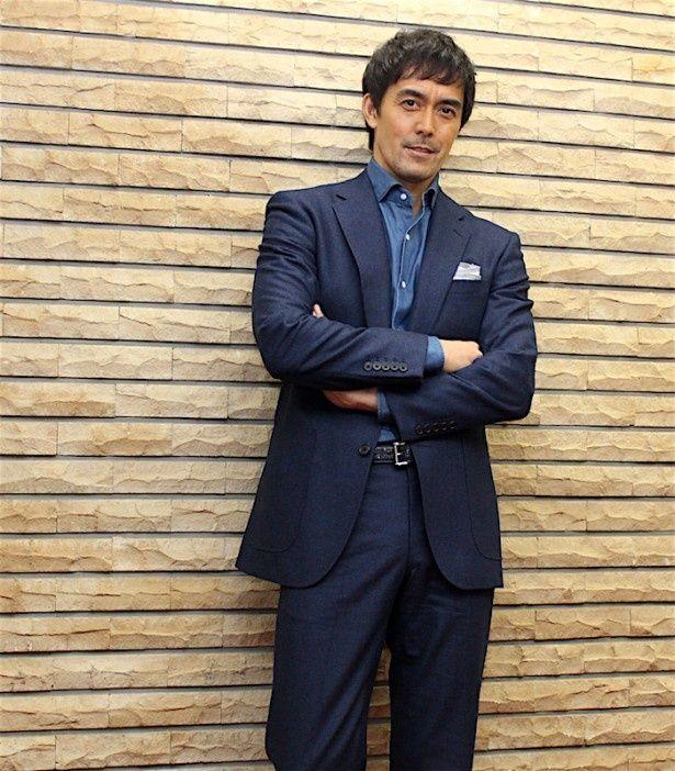 【写真を見る】阿部寛インタビュー!岡田准一は「なかなか出会えない人」