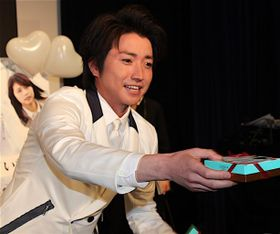 藤原竜也、真っ白な王子スーツで「会いたかった」猛烈サービスに大興奮