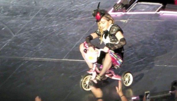 三輪車でパフォーマンスをするマドンナ