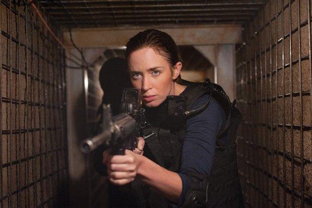 エミリー・ブラントは善悪に揺れるFBI捜査官を演じる