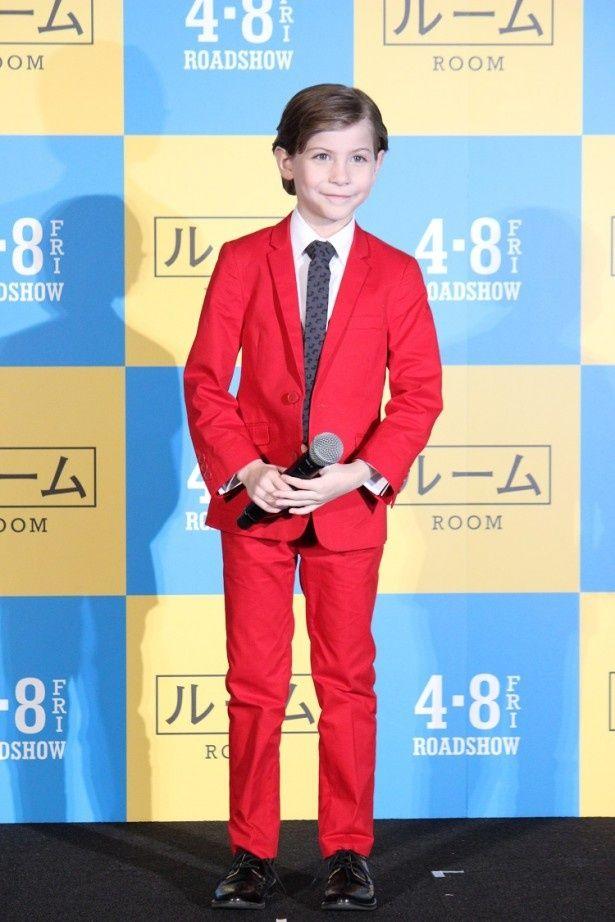 赤いスーツ姿がクールな印象のジェイコブ