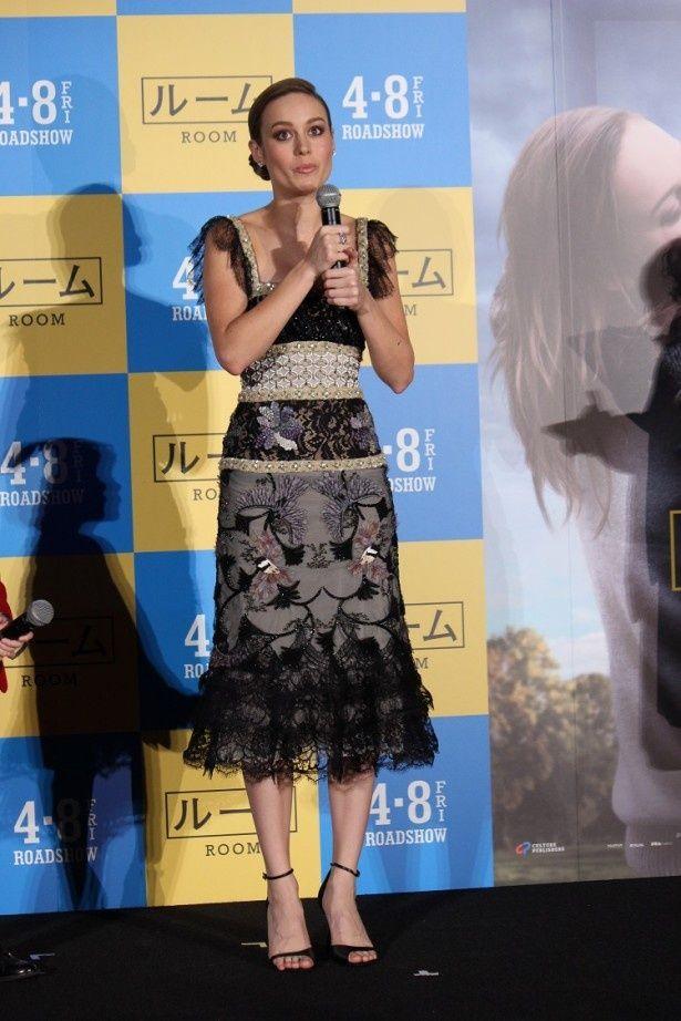 黒を基調にしたシックなドレスを身にまとったラーソン