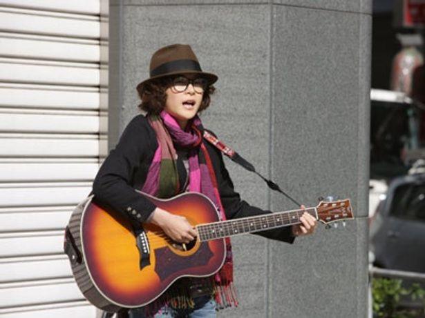 上野演じる冴えないギター弾きが、とんでもない目に合う「ギターケースの女」