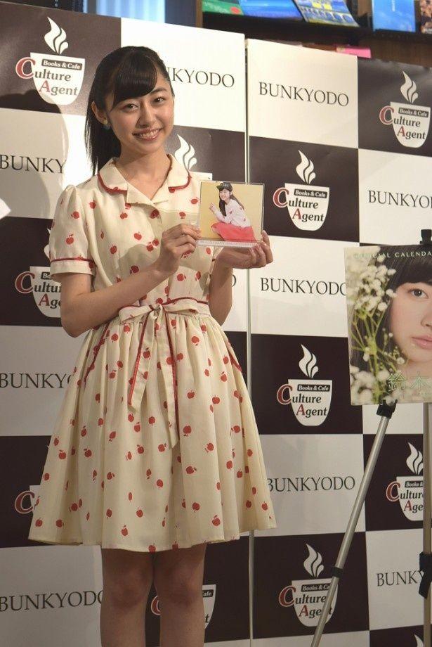 オフィシャルカレンダー発売記念イベントに登場した鈴木裕乃