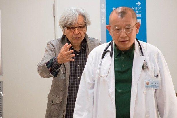 山田洋次監督の喜劇『家族はつらいよ』で落語家みたいな顔の医者役を演じている笑福亭鶴瓶