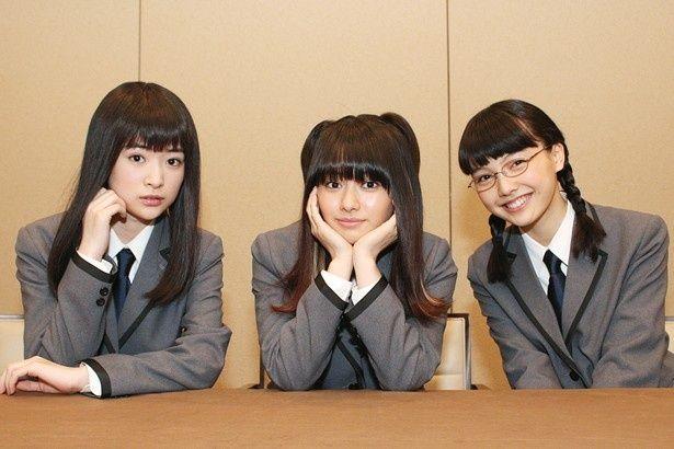 【写真を見る】山本舞香、優希美青、上原実矩が劇中の制服姿で仲良しトーク!