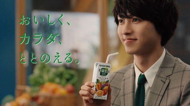 野菜ジュースを飲む山崎賢人
