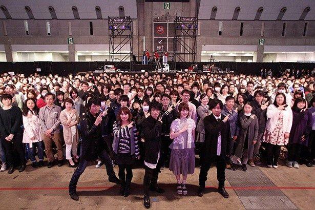 左から高橋さん、竹内さん、津田さん、花澤さん、日野さん。「デュエル」ポーズをキメながら、ファンと一緒にパチリ