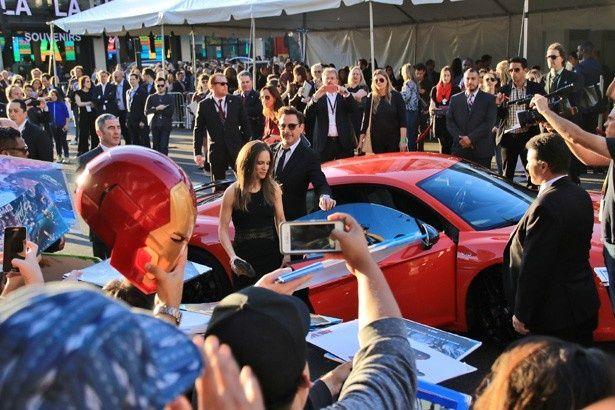 ロバート・ダウニー・Jr.は赤い車で登場