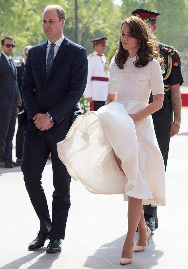 強風でスカートがめくれ上がるハプニングに見舞われてしまったキャサリン妃