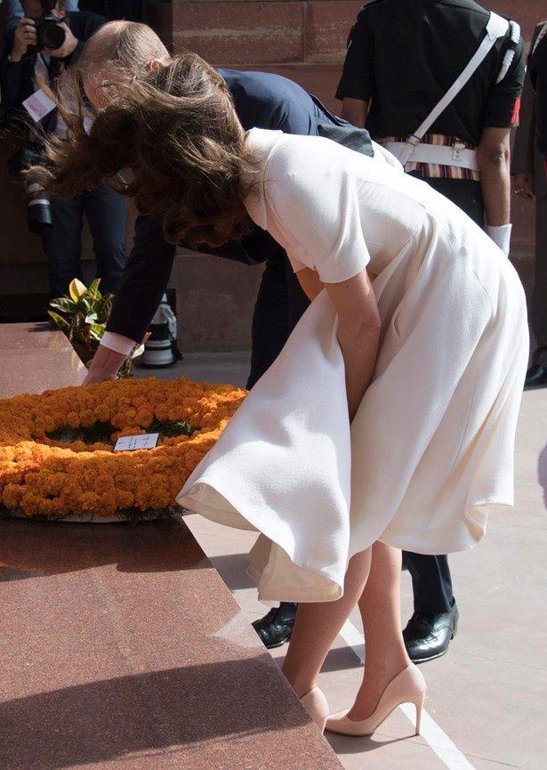 【写真を見る】めくれ上がるスカートをおさえるキャサリン妃