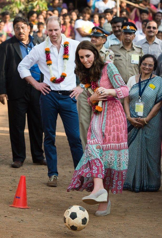 インドのスラム街でサッカーをするキャサリン妃