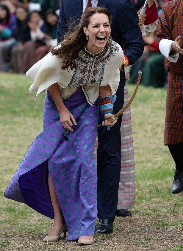 ブータンでアーチェリーに挑戦し、笑い転げるキャサリン妃