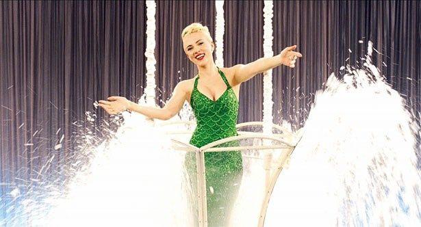 スカーレット・ヨハンソンのマーメイド水着は眩いばかりの美しさ